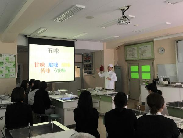 天王寺小学校での研究発表会にて料理講習実施