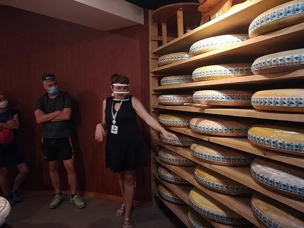 コンテチーズ1個の重さは何と40キロ!原料となる牛の乳はその10倍の400キロ必要で、牛20頭が1日に出す乳の量に相当する。