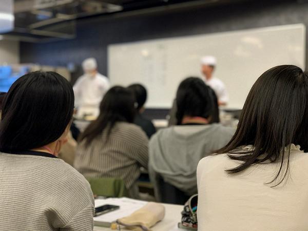 製菓技術マネジメント学科(総合) 理論開始!! ~和菓子講習室~
